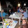 grosser esstisch bei den englischen familien am strand von dibba