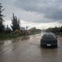 nach mehrstündigen regenfällen müssen die strassen freigeräumt werden