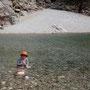 eva füllt sich wohl im glasklaren wasser des wadi arbyyin