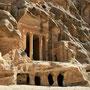 kleinere aus dem fels gehauene tempel sind schon im little petra zu besichtigen