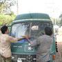 der indische mechaniker versucht einen neuen rahmen für unsere frontscheibe zu schweissen
