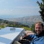 nach einem langen wandertag gönnen wir uns eine kleine stärkung auf der terrasse mit blick auf syrien unserem nächsten ziel.