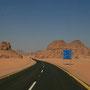 die strecke wird endlich schöner. wir fahren durch die ausläufer des wadi rum