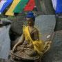 kleiner buddha in der tempelanlage von manali