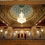 """imposanter gebetsraum mit riesigem kronleuchter in der """"grossen moschee"""""""