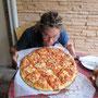 nach einem langen fahrtag gibts zur belohnung eine riesenpizza