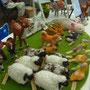 芝生の広場の動物の触れ合いコーナーができました。
