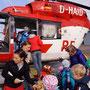 Die Notärztin verteilt Aufkleber für alle