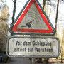 Verwunderlicher Warnhinweis in der Naturidylle.