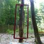 Im Wald sind Baumbesonderheiten eingerahmt. Haltegriff am Baum.