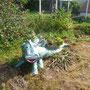 Mein Garten bekommt einen Dinosaurier. Die Brombeerstöcker rechts will ich noch irgendwo einbauen. Die Sauerkirschen schmecken schon. Die Erdbeerpflanzen sind wieder sichtbar - der Waid ist weg