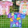 Färbeversuch 2. Die beiden oberen Shirts sind mit Ice Dyeing gefärbt.