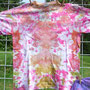 Das Shirt war mal lila. Jetzt sieht es nach einer schweren Hautkrankheit + Verätzungen aus. Ob ich das als Rettungsversuch noch mal in einer ganz anderen Farbe überfärbe?