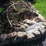 Der Trog ist vom durchgefaulten Baumstumpf umgezogen. Jetzt ist Platz für eine kleine Sandecke mit Vogelschutzgitter drüber (für Eidechseneier)?