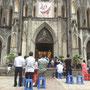 La cathédrale d'Hanoï, pleine à craquer pour la messe dominicale