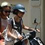 Ophélie et Thuy sur scooter