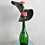 """R. Brust: Aspidistrablätter, Nelken - """"Auch in einer Flasche kann man Ikebana gestalten"""" (Foto: N. Brust)"""