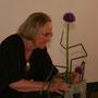 Bärbel Karsch: modernes Arrangement mit Schachtelhalm und Allium (Lauch)