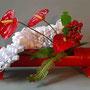 I. Truttmann: Anthurien, Hirschzungenfarn, Beeren des Johanniskraut (Hypericum), gestricktes Papier - in rot gestrichenem Bambus