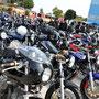 うゎ~、駐輪場がお客さんのバイクでいっぱいだぁ~!