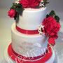 2 stöckige Hochzeitstorte mit roten Rosen