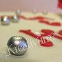 Rechteckige Hochzeitstorte mit riesen Rose und silbernen Perlen - Perlen