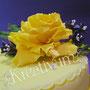 Gelbe Geburtstagstorte mit gelber Rose - Rose Detail