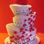Topsy Turvy Hochzeitstorte mit Herzen