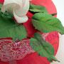 Rote Fondantorte mit weißer Rose
