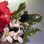 2 stöckige Hochzeitstorte mit roten Rosen - kleine weiße Blüten