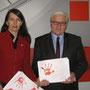 7.2.2012 Kirsten Lühmann, MdB übergibt an Außenminister Frank-Walter Steinmeier die roten Hände der IGS Franzsches Feld