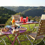 le petit-déjeuner dans le jardin avec vue sur le massif central