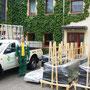 140 Fensterrahmen & 140 Glasscheiben auf unserem Hof