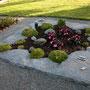 grauer Granit / alle Oberflächen spaltrauh / Alubeschriftung