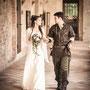 Mittelalterlich angehauchtes Brautkleid aus schwerem, mattglänzendem Seiden-Crépe mit langen Ärmeln aus durchscheinendem Seidenchiffon mit zarten Blüten bestickt