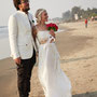 Brautkleid aus luftigem Seidenchiffon mit Perlenspitze. Fotos vom Strand in Goa