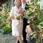 kurzes, schlicht-elegantes Brautkleid aus puderfarbener Dupion-Seide mit passendem Schal, Jacke und Stulptzeen aus Seide und Spitze