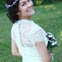 Romantisch verspieltes Brautkleid aus Stretch-Seidensatin mit Spitze und Spitzenbordüren verziert