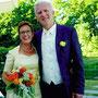 Kurzes, elegantes Brautkleid aus Bernstein-farbenem Stretch-Seidensatin