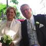 Braut in Korsage aus Dupion-Seide mit Ärmeln und Schulterpartie aus besticktem Seiden-Organza, dazu passende Hose und Jacke aus Dupionseide