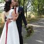 Bodenlanges Brautkleid aus elfenbeinfarbener und roter Dupionseide mit tiefem Rückenausschnitt