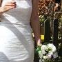 Brautkleid aus geraffter Dupionseide mit Spitzenkragen und abknöpfbarem Spitzenrock