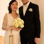 Kurzes, raffiniert geschnittenes Brautkleid aus Seiden-Jersey mit tiefem Rückenausschnitt und zartem Jäckchen aus Seiden-Organza darüber