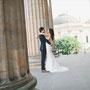 Figurbetontes und romantisches Brautkleid aus Seide und extravaganter Spitze mit eingearbeiteter Korsage.