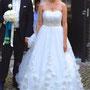Romantisches Brautkleid aus üppigem, drapierten Seidentüll mit vielen zarten Seiden-Organza-Blüten