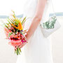 Brautkleid aus Bio-Baumwollsatin mit weicher Klöppelborte, Seiden-Crépe-Georgette und Perlmuttknöpfen, Jäckchen aus Baumwollspitze mit verschieden, süßen Borten