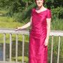 Raffiniert in Falten gelegtes Kleid zur Silberhochzeit aus leuchtend Fuchsia-farbener Orissa-Seide mit auffälliger, für Wildseide üblicher, Struktur.