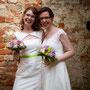 Zwei einzigartige, aber eindeutig zusammen gehörende, Brautkleider aus elfenbeinfarbener Dupion-Seide mit grünem Farbakzent, rechts mit romantischer Spitze