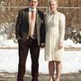 Winterliches Brautkleid aus warmer Schurwolle mit Details aus goldfarbenem Metallic-Organza Passender Haarreif mit Metallic-Organza-Blüten und Stickerei-Elementen