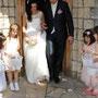 romantisches Brautkleid aus weichem Tüll, Seide und weicher Spitze, mit Blumen aus zartrosa Seidenorganza